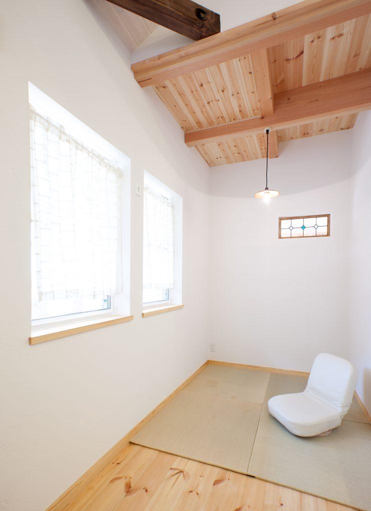 無垢の木の質感を活かした勾配天井のある家