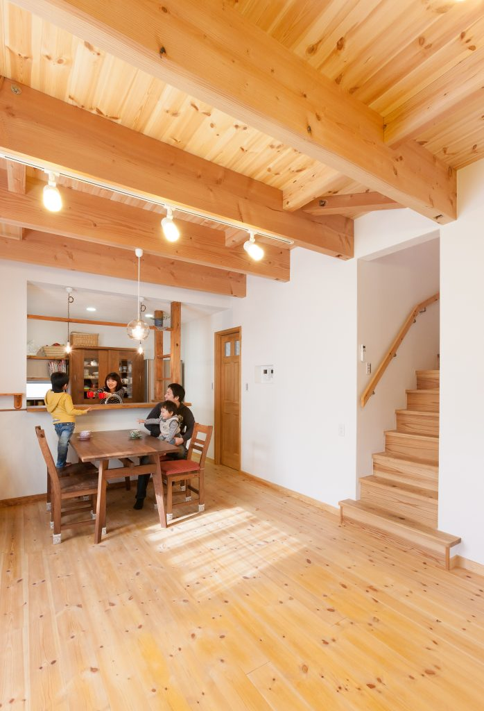 自然と家族が集まる楽しいリビングのある家