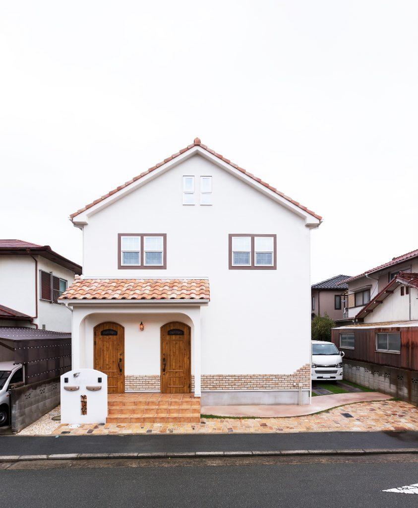 ひとつ屋根の下に機能的な空間と遊びの空間がある家