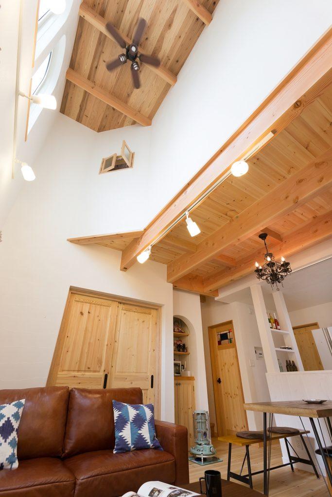 吹き抜けが照らす空間でヴィンテージを楽しむ家