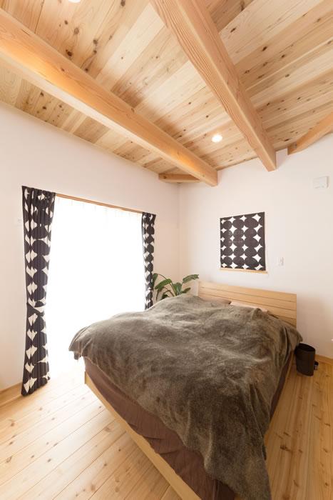 勾配天井とカバードポーチのある家